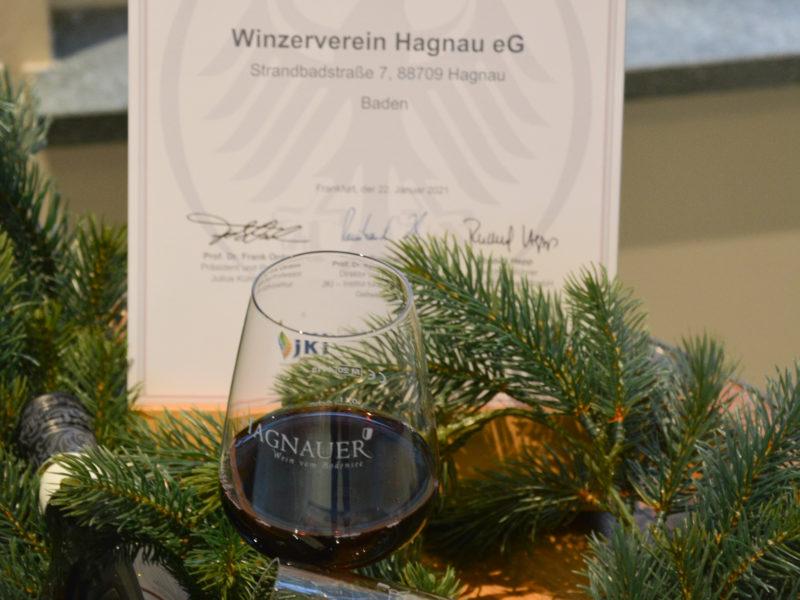 Weinflasche Regent mit Gläsern und Urkunde